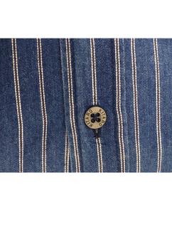 Gestreept demin-look overhemd van Kitaro met 2 open borstzakken, een button-down kraag en een contrasterende stof in de schouderpass. Het overhemd is rond afgezoomd.