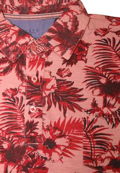Zomers gekleurd poloshirt van het merk Kitaro met een open borstzakje op de linker borst en een 3-knooplijst aan de kraag. Het poloshirt is voorzien van mooi afgewerkte zij-splitten voor een optimaal draagcomfort.