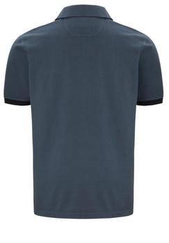 Poloshirt met een print op de borst, 3-knooplijst, rib-breisel aan de mouwen.Het poloshirt is voorzien van mooi afgewerkte zij-splitten voor een optimaal draagcomfort.