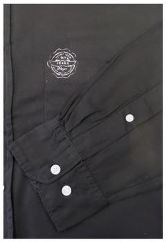 Replika overhemd met button down kraag. Er lopen elegante, zilverkleurige strepen langs de kraag, manchetten en de knooplijst. Er zit een kleine logo op de borstzak, ook hierin zitten zilverkleurige accenten verwerkt. De glanzende effecten maken dit overhemd perfect geschikt voor de feestdagen!