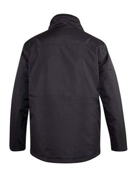 """Jack """"Fargo"""" van merk D555 in de kleur zwart, gemaakt van polyester. Ribcord afwerking in de kraag en quiltpatroon aan de binnenzijde, vijf zakken waarvan 4 afsluitbaar met drukknoop en een extra zak (voor bijvoorbeeld je telefoon) afsluitbaar met een rits. Winddicht jack door de dubbele sluiting met rits en drukknopen"""