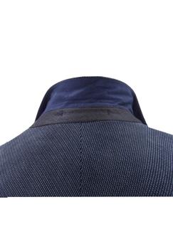 Elegant colbert van Melvinsi met revers en 3 kleuren binnenvoering, voorzien van een 2-knoopsluiting, 5 decoratieve knopen aan de mouwen, 2 steekzakken, een decoratief klein zakje boven de rechter zak, klein decoratief borstzakje op de linker borst en met 1 afsluitbare binnenzakken en 3 open binnenzakken. Het colbert is verkrijgbaar in 2 maatsoorten. Voor het vaststellen van de juiste maat, raadpleeg onderstaande maattabel goed: