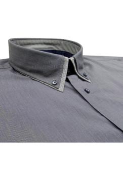 Greyes overhemd met een buttondown kraag, stijlvolle contrasterende accenten aan de kraag en de knooplijst.