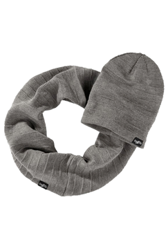 Een modieuze winterset van Goodyear, bestaande uit muts en sjaal. Ze houden je niet alleen lekker warm, maar ze zijn ook nog eens stijlvol. Je kan de muts op twee manieren dragen, omdat de rand nog omgevouwen kan worden.