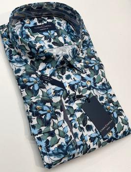 Een casual overhemd met een prachtige print, in de kwaliteit die we van Casa Moda gewend zijn, prachtig popline katoen met een Kent kraag, zonder borstzakje. Let op de mooie afwerking met oog voor detail en een fijne contrast stof in de kraag en mouwen. Dit overhemd heeft een extra lengte van 5 cm zie hiervoor ook de maattabel bij dit hemd.