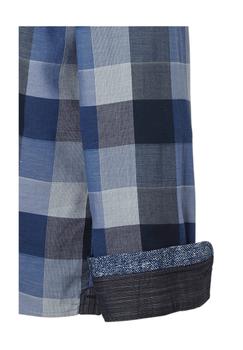 Blauw geblokt overhemd van Casa Moda met button down kraag, open borstzakje op de linker borst, met dubbele knoopsluiting aan de manchetten. Het overhemd is rond afgezoomd.