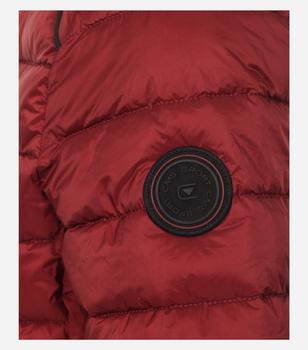 Outdoor Jack van merk CASA MODA in de kleur rood, gemaakt van 100% polyamide. Dit vederlichte gewatteerde jack overtuigt door zijn water- en windafstotende eigenschappen en de anti-allergische Sorona-vulling. Maar het inspireert niet alleen met zijn optimale draageigenschappen, maar scoort ook met zijn modieuze uitstraling. De drie zakken met ritssluiting zetten modieuze accenten en bieden extra ruimte voor belangrijke alledaagse gebruiksvoorwerpen. Een echte must have die bij veel looks kan worden gedragen en ideaal kan worden geïntegreerd in elke casual garderobe.