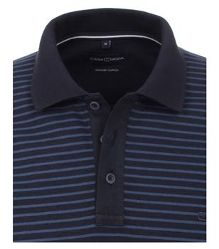 Polo van merk CASA MODA in de kleur blauw, gemaakt van 100% katoen. Dit poloshirt is een absolute klassieker die in geen enkele garderobe mag ontbreken. Dankzij de sportieve look en het moderne streeppatroon kan het met veel vrijetijdslooks worden gedragen en op verschillende manieren worden gecombineerd. De polo is gemaakt van puur katoen wat zorgt voor een aangenaam draagcomfort. Combineer de polo comfortabel met jeans of smart met chino's en een modieus casual look is gegarandeerd.