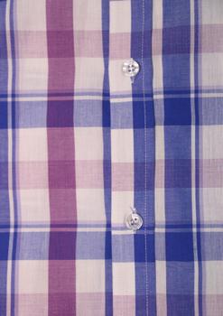 """Van de KAM JEANSWARE """"vintage serie"""" Geblokt overhemd met korte mouwen, wit met blauwe en lila blokken. Hele fijne stof. Button down kraag en borstzakje op de linkerborst. De lila contrasterende stof onder de knopenlijst en in de kraag maakt dit overhemd helemaal af."""