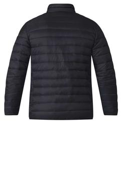 Zwarte winterjas van D555 met ritssluiting. De jas heeft een kleine opstaande kraag, rits afsluitbare zakken aan de voorzijde en een open binnenzakje. Op de rechter mouw zit een merkje en aan het einde van de mouw zit elastiek. Het gestreepte stik patroon geeft een leuk accent aan deze jas.