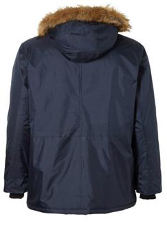 Gewatteerde blauwe winterjas van D555 met capuchon met afneembare kraag met aantrekkoordjes. De vaste capuchon heeft een lekkere zachte voering wat zorgt voor extra draagcomfort. De winterjas heeft twee grote met drukknoop afsluitbare zakken aan de voorzijde, twee met drukknoop afsluitbare borstzakjes, een open binnenzak en een met drukknoop afsluitbare binnen zak. De jas sluit met een zwarte rits met daarover een drukknoopsluiting. De mouwen hebben twee verstelbare drukknopen. Aan de onderzijde van de jas zitten aantrekkoordjes in de zoom voor een optimale pasvorm.