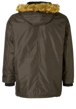 Gewatteerde khaki winterjas van D555 met capuchon met afneembare kraag met aantrekkoordjes. De vaste capuchon heeft een lekkere zachte voering wat zorgt voor extra draagcomfort. De winterjas heeft twee grote met drukknoop afsluitbare zakken aan de voorzijde, twee met drukknoop afsluitbare borstzakjes, een open binnenzak en een met drukknoop afsluitbare binnen zak. De jas sluit met een zwarte rits met daarover een drukknoopsluiting. De mouwen hebben twee verstelbare drukknopen. Aan de onderzijde van de jas zitten aantrekkoordjes in de zoom voor een optimale pasvorm.