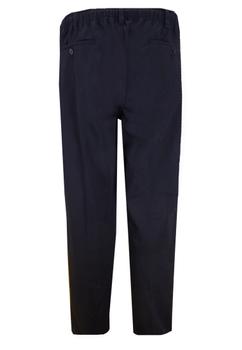 Deze pantalon van D555 heeft een volledig elastische tailleband met rits- en knoopsluiting. Daarnaast is de tailleband ook voorzien van een koord voor extra draagcomfort. De broek heeft het design van een pantalon met riemlussen, twee steekzakken, twee achterzakken met knoop en een scherpe vouw in de broekspijpen. De elastische tailleband zorgt niet alleen voor het comfort van een joggingbroek, maar het maakt de broek ook zeer praktisch in gebruik bij eventuele verzorgingstaken. Beschikbare lengte: 34 Inch