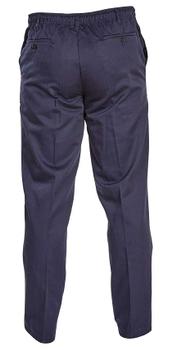 Deze pantalon van D555 heeft een volledig elastische tailleband met rits- en knoopsluiting. Daarnaast is de tailleband ook voorzien van een koord voor extra draagcomfort. De broek heeft het design van een pantalon met riemlussen, twee steekzakken, twee achterzakken met knoop en een scherpe vouw in de broekspijpen. De elastische tailleband zorgt niet alleen voor het comfort van een joggingbroek, maar het maakt de broek ook zeer praktisch in gebruik bij eventuele verzorgingstaken. Beschikbare lengte: 33 Inch