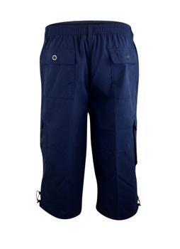 """Cargo short """"Mason"""" van merk D555 in de kleur navy, gemaakt van poly-cotton. Elastiek en een trekkoord in de tailleband, 2 achterzakken, 2 ruime steekzakken en 2 """"cargo"""" zijzakken."""
