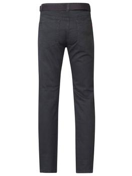 Jeans van het merk Duke London met knoopsluiting-ritssluiting, 2 steekzakken aan de voorkant, 1 muntzakje met merklogo en 2 ruime achterzakken met decoratief stiksel. De broek wordt geleverd inclusief bijpassende riem.