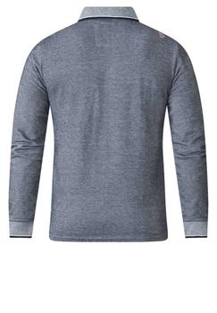 Mooie Polo shirt met lange mouwen van het merk D555. Gemeleerd blauwe polo met lichtere polo kraag met donkerblauwe rand, dit geeft de polo een leuk contrast. Met knoop afsluitbaar zakje op de linker borst.