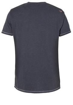 Een leuk denim-blue t-shirt met witte print en ronde hals. Dit shirt is ideaal te combineren met diverse soorten jeans en shorts. Voor de koudere seizoenen is dit t-shirt leuk te dragen onder een vest of colbert.