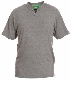 Comfortabele pyjama van het merk D555. De pyjama bestaat uit een grijs T-shirt met korte mouwen en een lange geruite broek. U kunt deze set ook dragen als loungewear.