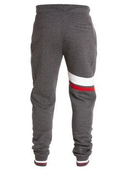 Joggingbroek van merk D555 in de kleur grijs met twee zijzakken, koord in de band en borduurwerk logo D555