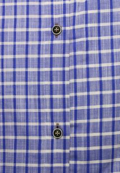 Overhemd met korte mouwen van Melvinsi uitgevoerd in een regular fit model. Blauw geruit overhemd met button down kraag. De donker blauwe knopen geven een leuk effect. Op de linker borst zit een met knoop afsluitbare borstzak. Het overhemd is rond afgezoomd. Mooi zomers overhemd die u kunt dragen op de warme lente en zomerdagen.