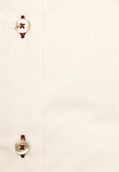 Strijkvrije, effen witte grote maten herenoverhemd met lange mouwen van Melvinsi, met rode biesjes aan de button down kraag en sportieve blauw en rode details aan de binnenkant van de kraag en de manchetten. Voor een strakke en stijlvolle uitstraling op je werk of een andere officiële gelegenheid. Het overhemd is rond afgezoomd.