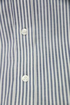 Overhemd met lange mouwen van Melvinsi met linkerborstzakje, contrastkleur stof in de boorden en button down kraag. Blauw-wit gestreept motief.