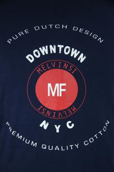 Donkerblauw T-shirt van Melvinsi met mooie print en ronde hals. Gemaakt van zacht katoen voor optimaal draagcomfort.
