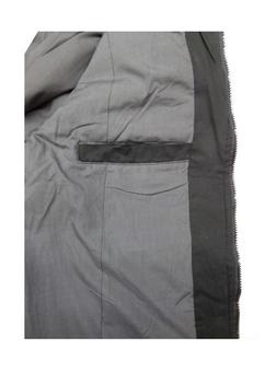 Sportief warm gevoerde winterjas van D555 met ritssluiting, dubbele, hoog te sluiten kraag, 2 opgezette zakken met knoopsluiting aan de voorzijde en 1 borstzak met ritssluiting, elastische boord aan de binnenste kraag, zoom en mouwboorden. 1 Binnenzak. Buitenstof 100% katoen, voering 20% katoen en 80% polyester, vulling 100% polyester.