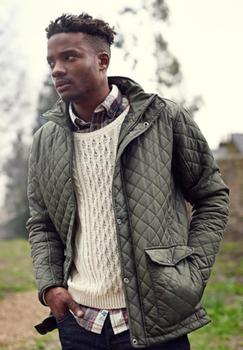 Donker groene winterjas van Regatta Professional met Thermo-Guard® isolatie. Hierdoor kan deze dunne jas u lekker warm houden en is de jas sneldrogend. De jas heeft een kleine opstaande kraag en sluit met een rits en drukknopen. Aan de voorzijde zitten twee met drukknoop afsluitbare zakken met opening aan de zijkanten voor het opwarmen van de handen. Aan de achterzijde aan de onderkant van de jas zit een ventilatieflap die u met drukknopen kunt openen of sluiten.