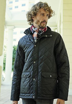 Zwarte winterjas van Regatta Professional met Thermo-Guard® isolatie. Hierdoor kan deze dunne jas u lekker warm houden en is de jas sneldrogend. De jas heeft een kleine opstaande kraag en sluit met een rits en drukknopen. Aan de voorzijde zitten twee met drukknoop afsluitbare zakken met opening aan de zijkanten voor het opwarmen van de handen. Aan de achterzijde aan de onderkant van de jas zit een ventilatieflap die u met drukknopen kunt openen of sluiten.