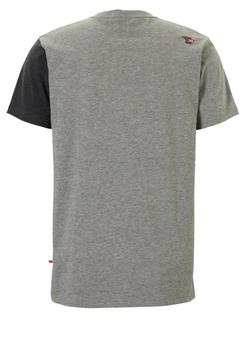 Trendy, stoer t-shirt van D555 in een lichtgrijze uitvoering met aan de bovenkant één zwart en en één donkergrijs vlak. Dit shirt is ideaal te combineren met diverse soorten jeans en shorts. Perfect voor elk seizoen.