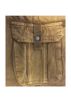 Stoere Khaki Cargo shorts van D555 met twee open steekzakken, twee zijzakken en twee achterzakken met drukknoopsluiting. Door de details zoals de canvas afwerkingen en de leren patch krijgt deze broek een heel stoer uiterlijk. Een echte musthave voor deze zomer!