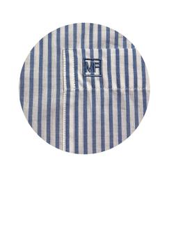 Overhemd met korte mouwen van Melvinsi uitgevoerd in een regular fit model. Wit met blauw gestreept overhemd met button kraag en witte knopen. Op de linker borst zit een open borstzakje met logo. Het overhemd is rond afgezoomd. Mooi zomers overhemd die u kunt dragen op de warme lente en zomerdagen of leuk onder een trui of vest.