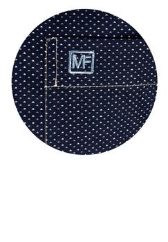 Overhemd met korte mouwen van Melvinsi uitgevoerd in een regular fit model. Donkerblauw overhemd met wit en blauwe print en button kraag met witte knopen. Op de linker borst zit een open borstzakje met logo. Het overhemd is rond afgezoomd. Mooi zomers overhemd die u kunt dragen op de warme lente en zomerdagen of leuk onder een trui of vest.