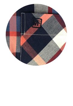 Overhemd met korte mouwen van Melvinsi uitgevoerd in een regular fit model. Blauw met rood geruit overhemd met button kraag en witte knopen. Op de linker borst zit een open borstzakje met logo. Het overhemd is rond afgezoomd. Mooi zomers overhemd die u kunt dragen op de warme lente en zomerdagen of leuk onder een trui of vest.