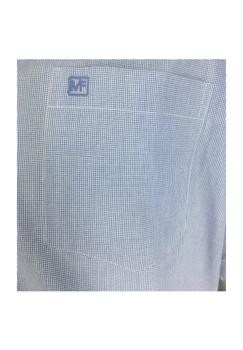 Overhemd met korte mouwen van Melvinsi uitgevoerd in een regular fit model. De stof heeft een heel fijn blauw met wit blokje met button kraag en witte knopen. Op de linker borst zit een open borstzakje met logo. Het overhemd is rond afgezoomd. Mooi zomers overhemd die u kunt dragen op de warme lente en zomerdagen of leuk onder een trui of vest.
