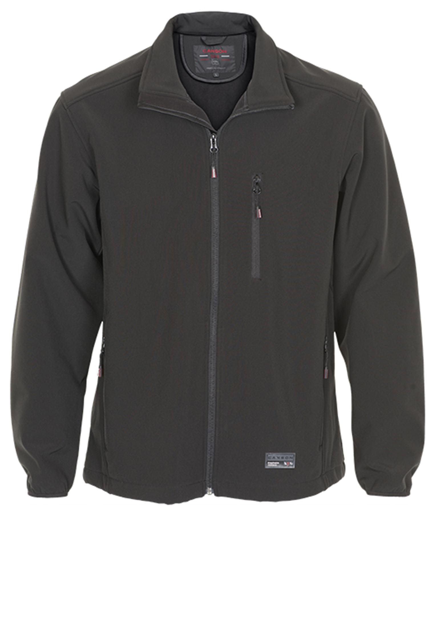 Zwarte softshell jas van het merk Canson van functionele kwaliteit. De jas heeft twee rits-zakken aan de voorzijde en een zakje op de borst. Bij de mouwboorden zit elastische stof en aan de onderkant van de jas dit een elastisch koord door de zoom die u aan beide zijde kunt aantrekken wat zorgt voor een mooie pasvorm. De stof is zowel ademend als wind- en waterafstotend tot 5000 mm. dat betekend dat de jas compleet waterdicht is in de regen en bestand tegen veel vormen van druk. Pas bij hoge druk van bijvoorbeeld langdurig zitten begint het materiaal te lekken.