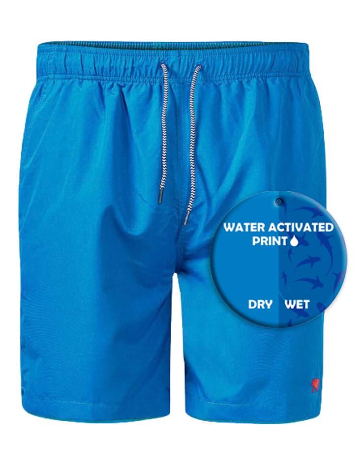 Zwembroek van merk D555 in de kleur royal blue, gemaakt van polyester. Water activated shark print; Hoe gaaf is dit? Als je zwembroek nat wordt dan komt er een print met haaien zichtbaar! En als de zwembroek opdroogt verdwijnt de print weer.