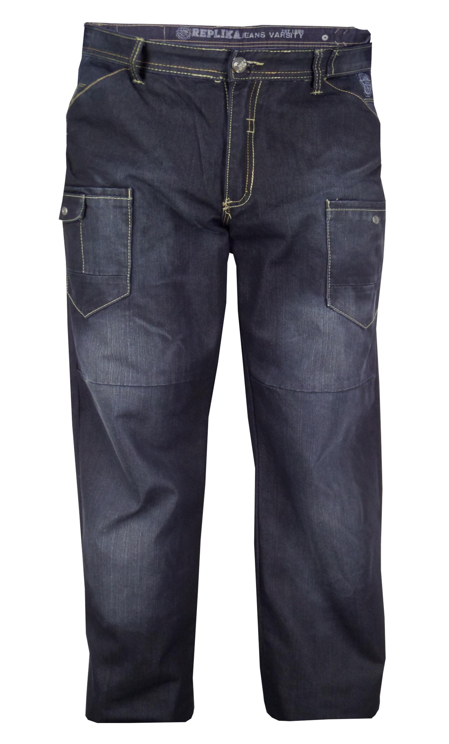 Replika jeans met ritssluiting, 2 steekzakken en 2 opgezette zakken, waarvan 1 met kleingeldzakje op de voorkant. Dubbele zakken op de achterkant waarvan de onderste met een ritssluiting is uitgevoerd. Sierband met drukknoop in de linkerzij en logo op de rechterachterkant.