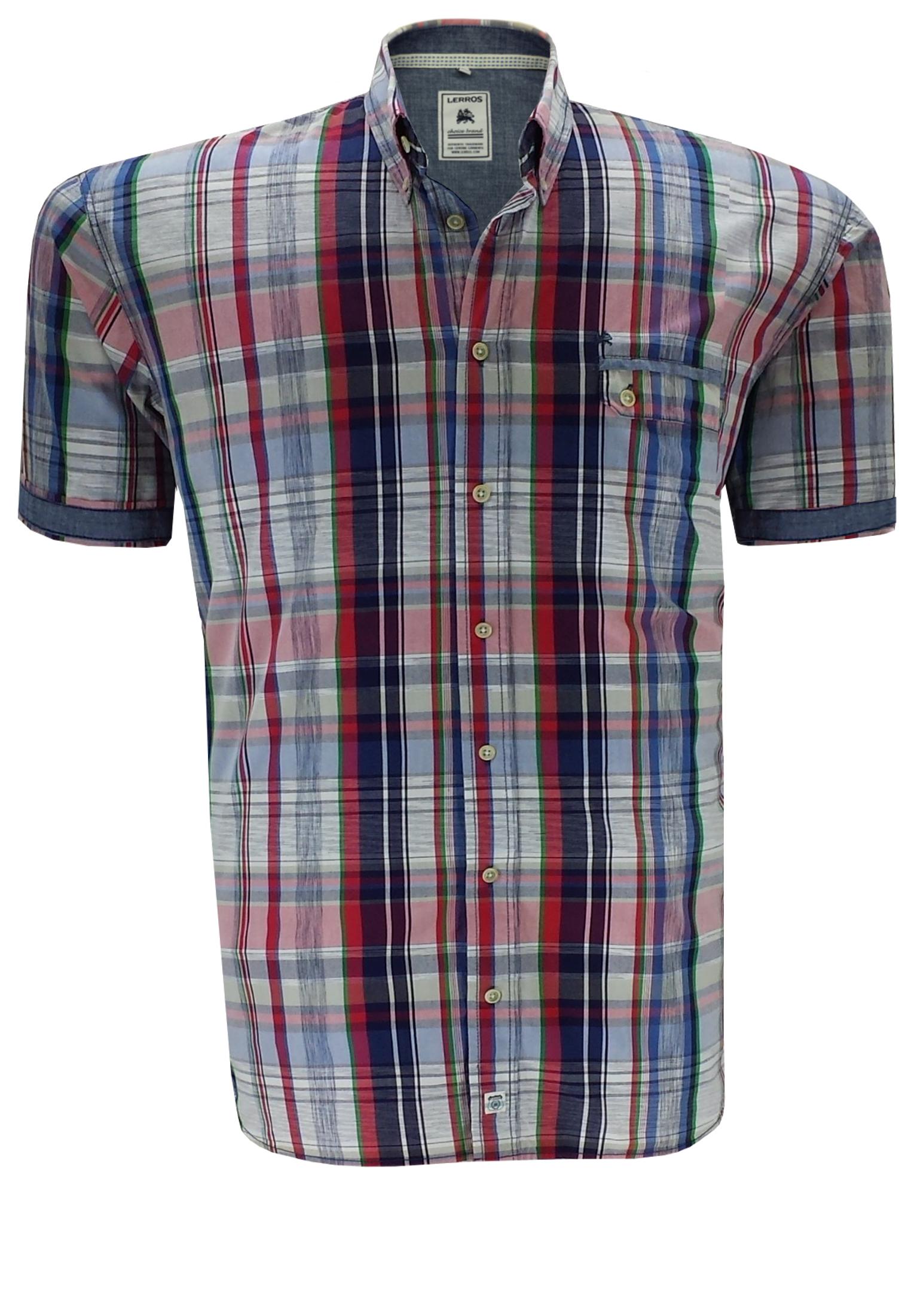 Sportief geruit overhemd met een siervol weggewerkt borstzakje met dubbele knoopsluiting, een buttondown kraag en een contrasterende effen stof in de schouderpass en in de omslag van de mouwen. Het overhemd is rond afgezoomd.