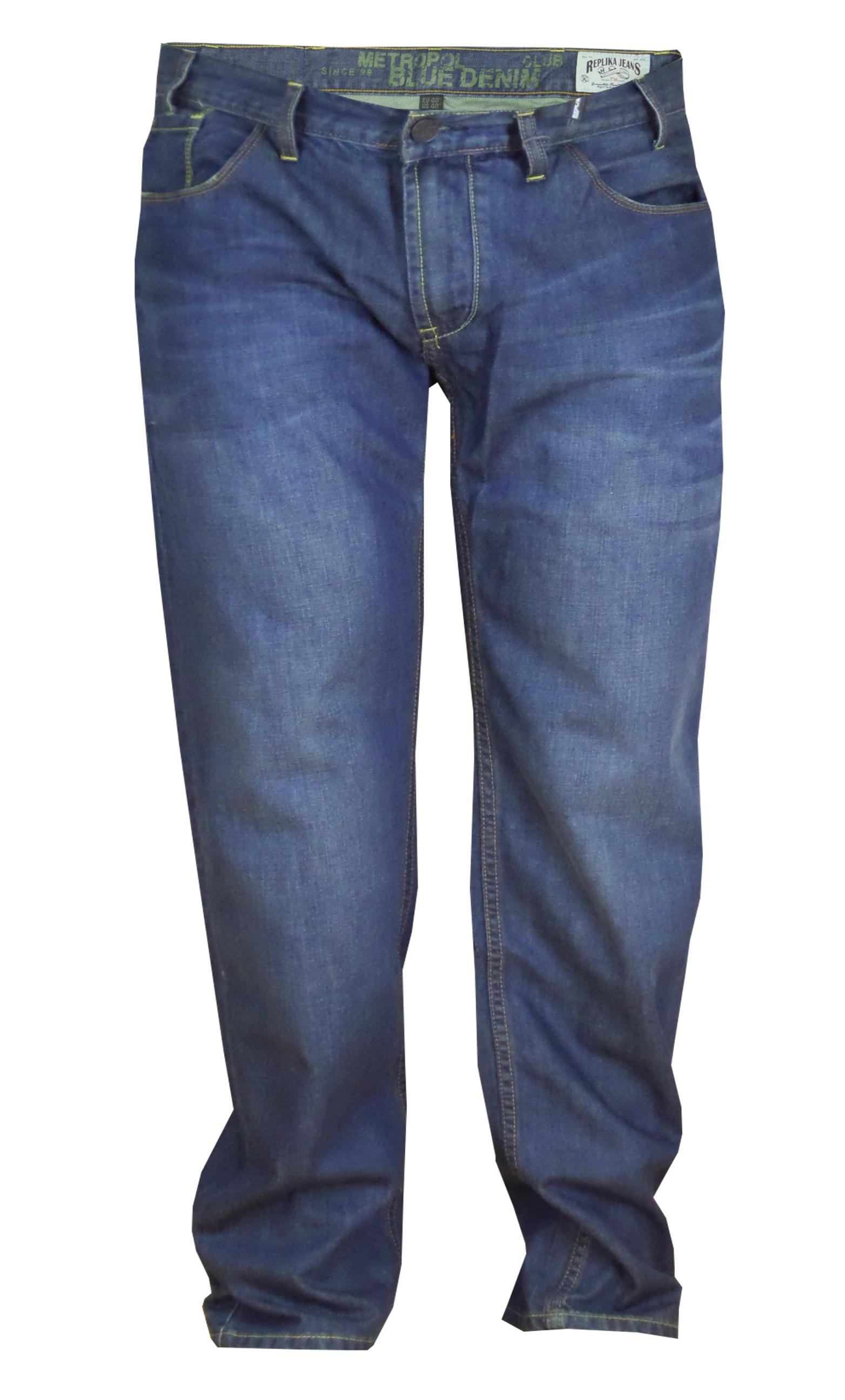 """Replika blauwe jeans met ritssluiting. Twee ruime achterzakken met contrasterend stiksel en een rits. De broek heeft rechte pijpen, 2 steekzakken voor en 2 opgezette zakken met muntzakje, klein logo op de linkerzij. Beenlengte: 34"""""""