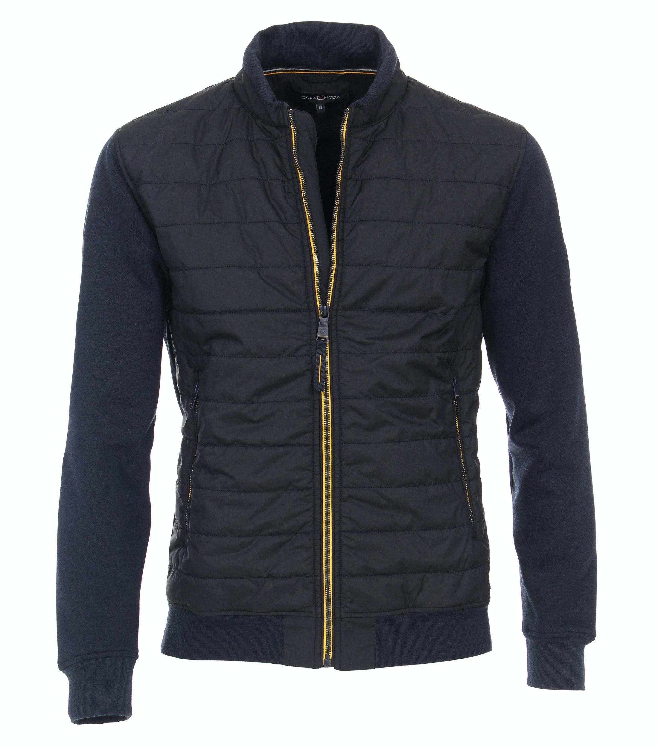 Sportief jack van merk CASA MODA in de kleur navy, gemaakt van 60% katoen, 40% polyester. Dit sweat jack presenteert zich in een sportief design en inspireert met zijn aangename draageigenschappen in het dagelijks leven. Het is modieus doorgestikt aan de voorkant en heeft twee zakken die met een rits kunnen worden afgesloten en ruimte bieden voor belangrijke gebruiksvoorwerpen. Comfortabel met jeans en een T-shirt of casual met bijpassende chino's - dit sweat jack is altijd een goede keuze.