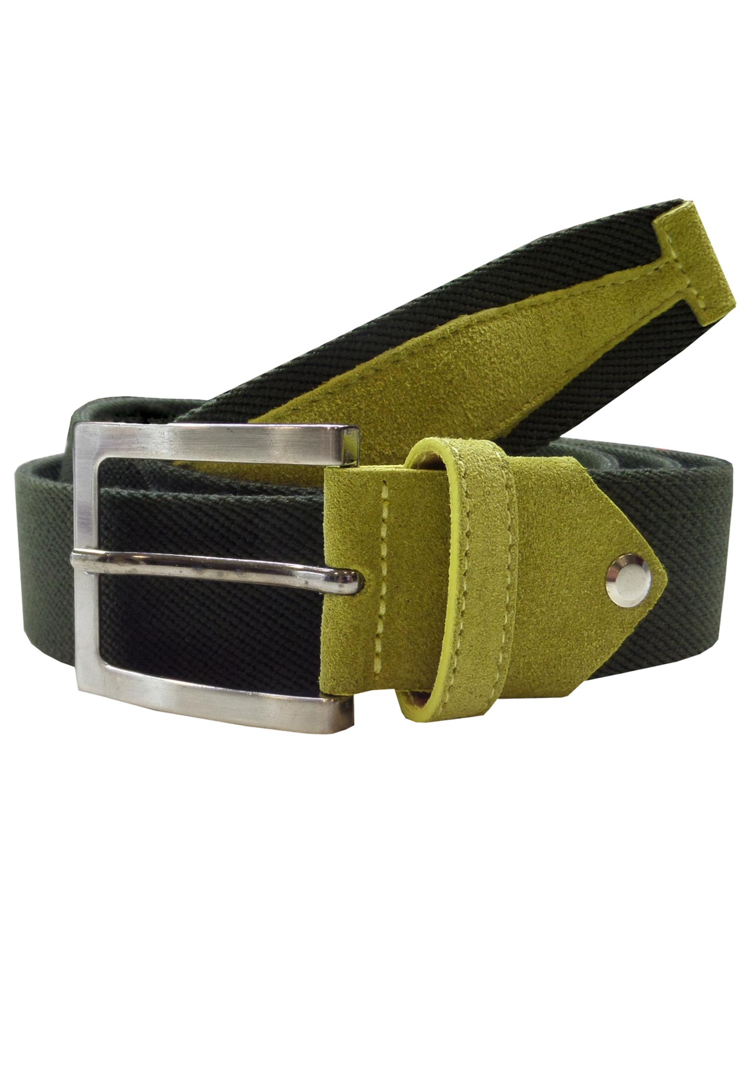 Zeer fijn elastische, gevlochten riem met een vierkante, zilverkleurige gesp en met aan het begin en eind voorzien van een stuk leer met suede-look. Breedte van de riem: 3,5 cm.