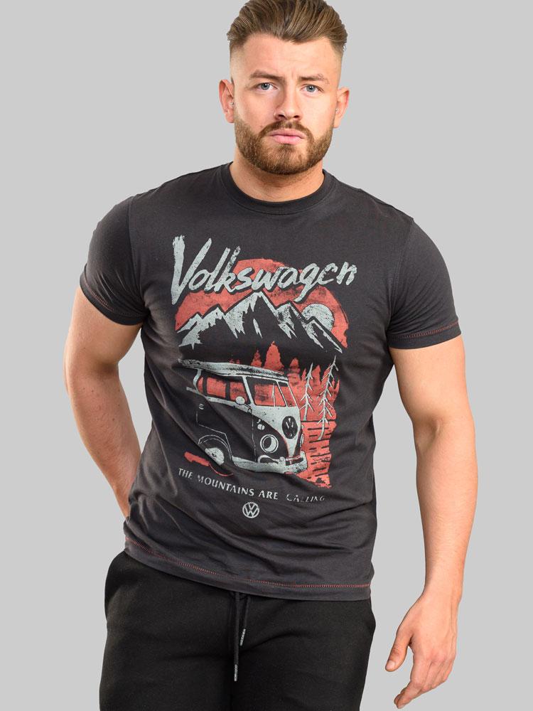 """T-shirt """"Longleat"""" Official VW Mountains Are Calling Print van merk D555 in de kleur dark charcoal, gemaakt van 100% cotton."""