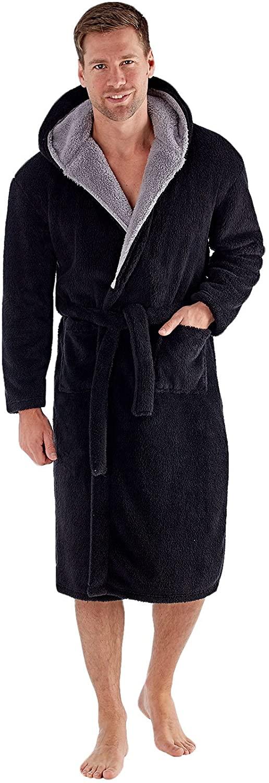 """Badjas """"Newquay"""" met capuchon van merk D555 in de kleur zwart, gemaakt van super soft polyester."""