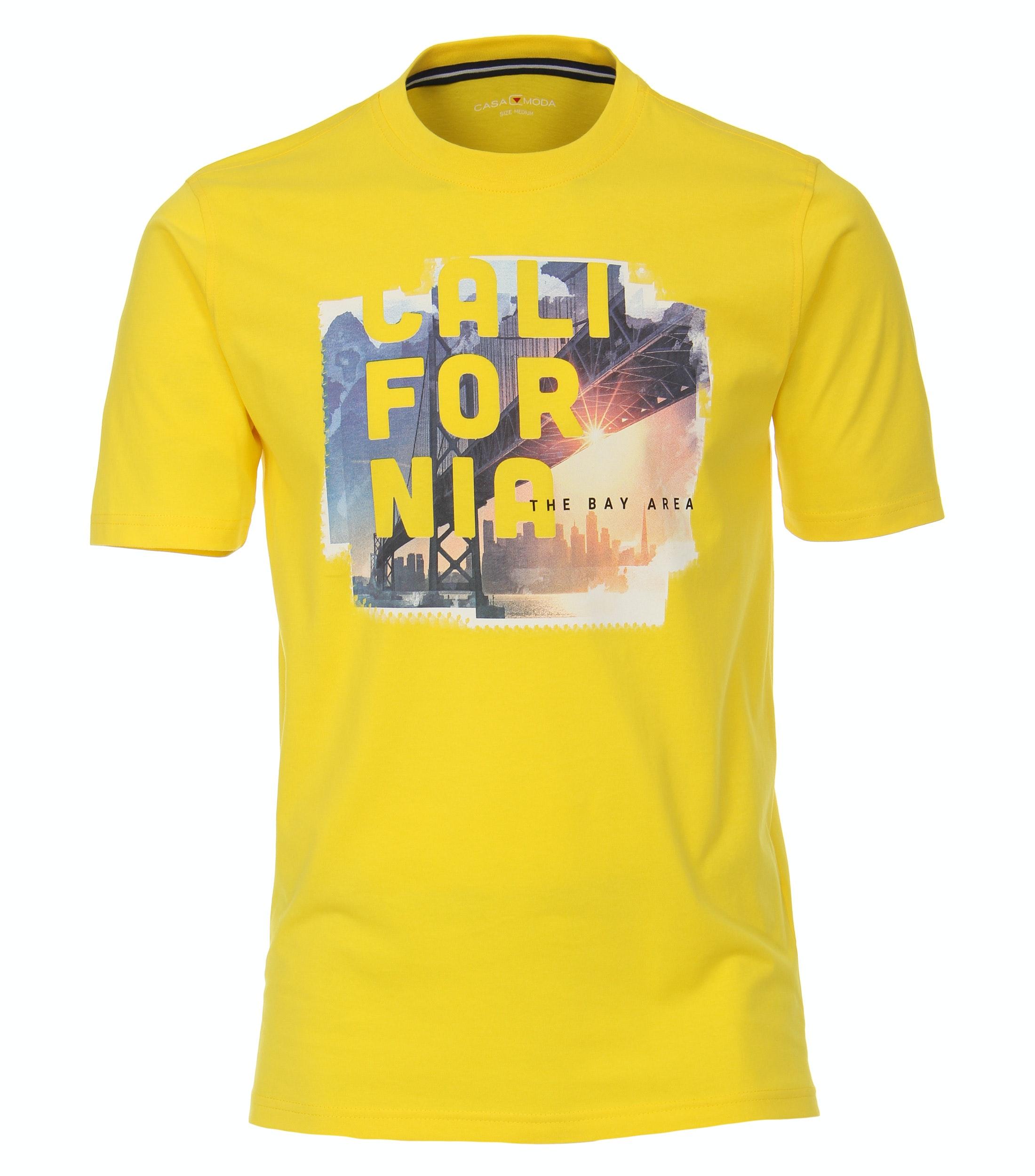T-shirt van merk CASA MODA in de kleur geel, gemaakt van 100% katoen. Dit T-shirt is gemaakt van puur katoen en is zeer comfortabel om te dragen. Het sportieve design met trendy print past perfect bij elke sportieve look en kan op vele manieren worden gecombineerd. Of het nu gaat om jeans, chino's of shorts, dit T-shirt kan veelzijdig gedragen worden en is een absolute musthave voor iedere garderobe.