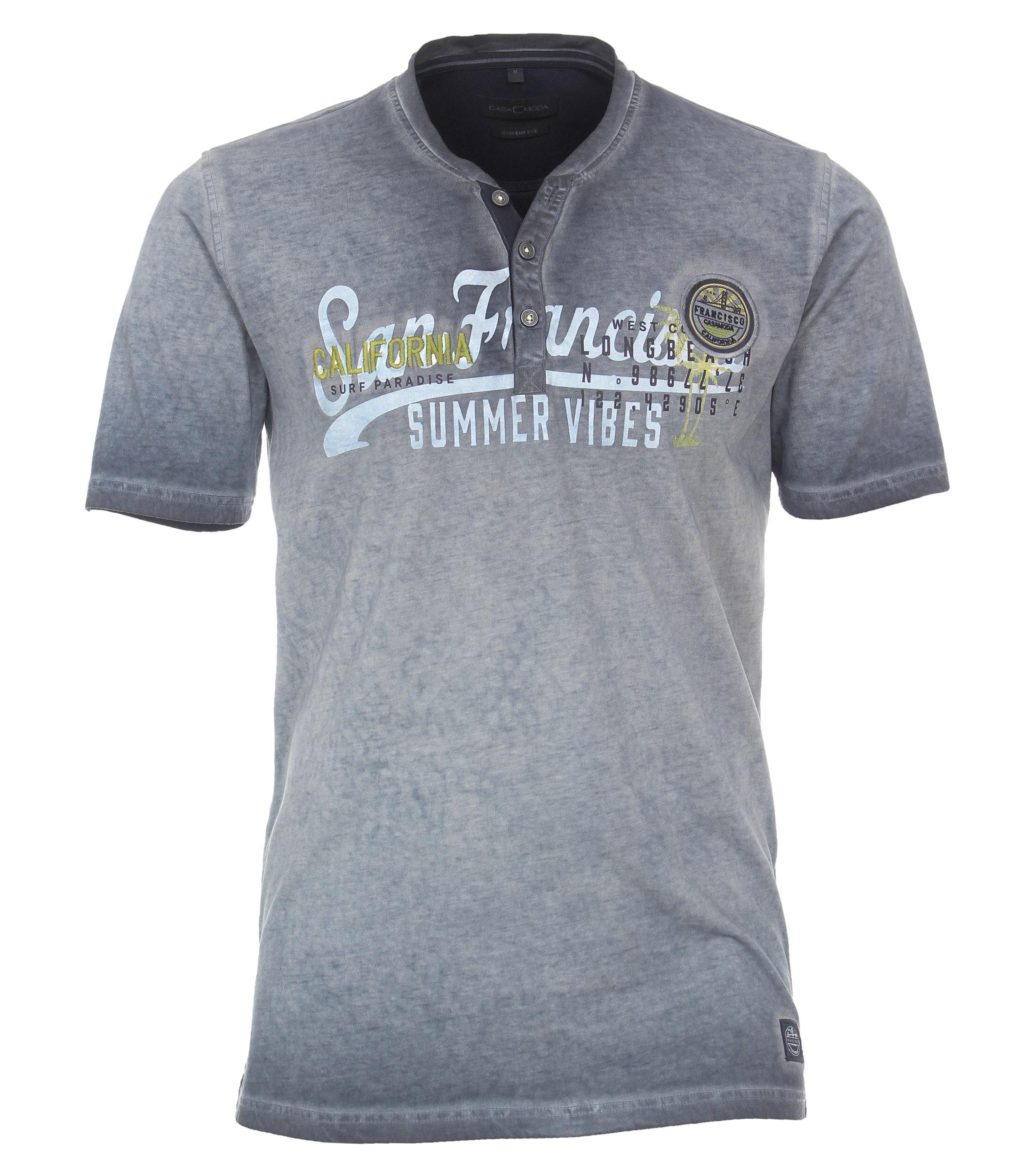 Henley Shirt van merk CASA MODA in de kleur grijs, gemaakt van 100% katoen. Dit modieuze T-shirt maakt indruk met een henley-halslijn met een korte knoopsluiting. De hoogwaardige katoenmix maakt het shirt comfortabel om te dragen. In combinatie met jeans of chino's is dit T-shirt een echte blikvanger die perfect past elke outfit. De combinatie van print en borduurwerk maakt dit werkelijk een uniek t-shirt wat ook nog eens geweldig lekker zit.