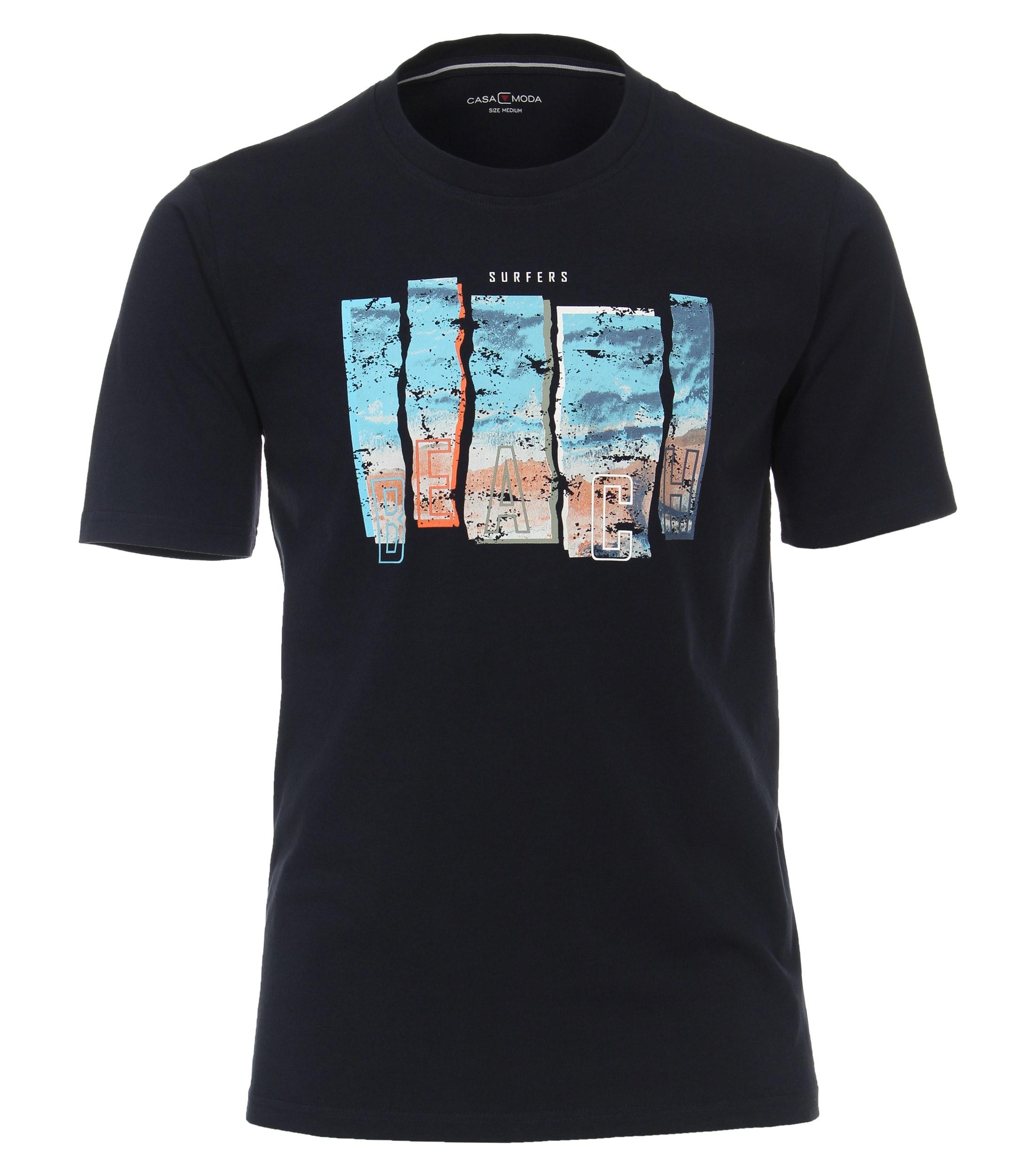 """T-Shirt """"Beach"""" van merk CASA MODA in de kleur navy, gemaakt van 100% katoen. Dit T-shirt is gemaakt van puur katoen en is zeer comfortabel om te dragen. Het sportieve design met trendy logoprint past perfect bij elke sportieve look en kan op veel manieren worden gecombineerd. Of het nu gaat om jeans, chino's of shorts, dit T-shirt kan veelzijdig gedragen worden en is een absolute must have voor iedere garderobe."""