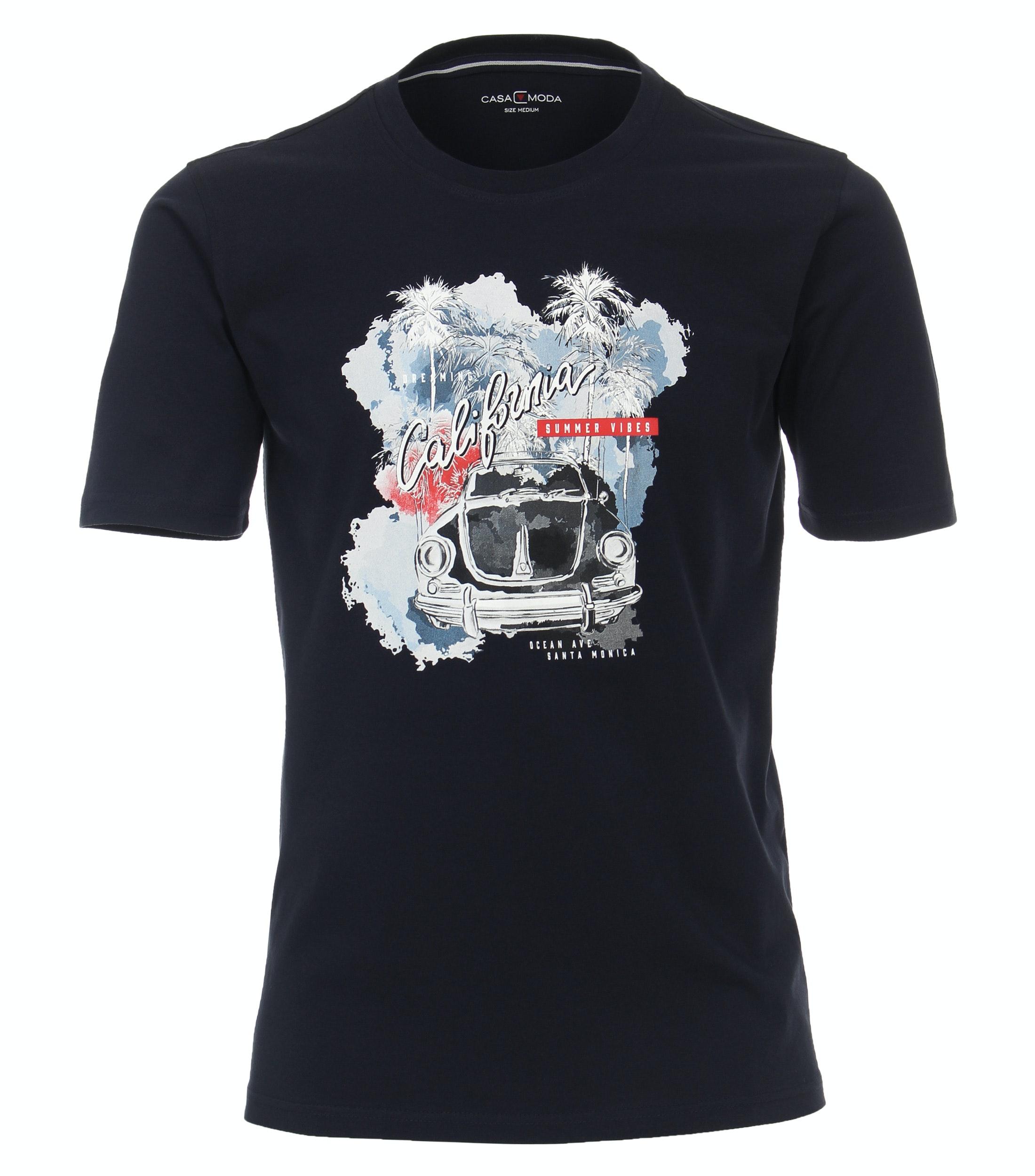T-shirt van merk CASA MODA in de kleur blauw, gemaakt van 100% katoen. Dit T-shirt is gemaakt van puur katoen en is zeer comfortabel om te dragen. Het sportieve design met trendy logo print past perfect bij elke sportieve look en kan op veel manieren worden gecombineerd. Het T-shirt kan veelzijdig gedragen worden en is een absolute must have voor iedere garderobe.